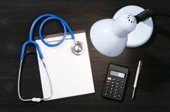 Модель-макет вычисления цены медицинского лечения или страхования стоковое фото