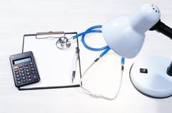 Модель-макет вычисления цены медицинского страхования стоковая фотография rf
