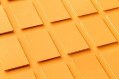 Модель-макет горизонтальных золотых стогов визитных карточек на текстурированной бумажной предпосылке Стоковое Изображение
