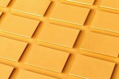 Модель-макет горизонтальных золотых стогов визитных карточек на текстурированной бумажной предпосылке Стоковые Изображения