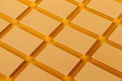 Модель-макет горизонтальных золотых стогов визитных карточек на текстурированной бумажной предпосылке Стоковые Изображения RF