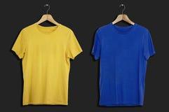 Модель-макет и шаблон футболки на изолированной предпосылке для моды и дизайнера ткани стоковое фото rf