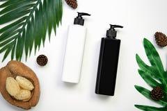 Модель-макет косметической cream бутылки, пустого пакета ярлыка и ингридиентов на белой предпосылке Стоковые Фото