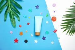 Модель-макет косметической cream бутылки, пустого пакета ярлыка и ингридиентов на зеленом цвете выходит предпосылка Стоковая Фотография RF