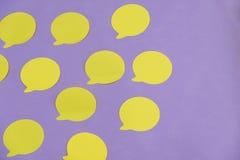 Модель-макет много пустых стикеров офиса желтеют на фиолетовых предпосылке и одном отдельно Стоковая Фотография