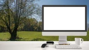 Модель-макет настольного компьютера, шаблон, компьютер на столе работы с белым пустым экраном, мышь клавиатуры и блокнот с ручкам Стоковые Изображения RF