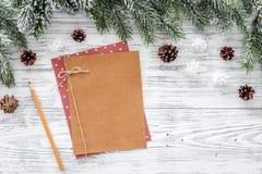 Модель-макет на Новый Год 2018 Ветви листа бумаги близко елевые, конус сосны на светлом деревянном copyspace взгляд сверху предпо Стоковое Изображение RF