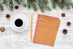Модель-макет на Новый Год 2018 Лист бумаги около кофе, елевых ветвей, конуса сосны на светлом деревянном взгляд сверху предпосылк Стоковые Фото