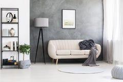 Модель-макет плаката на сером цвете, бетонной стене и кожаном бежевом sett стоковые фотографии rf