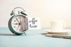 Модель-макет ретро будильника стиля с пустым липким примечанием с временем кофе текста Стоковые Фото