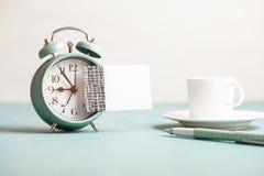 Модель-макет ретро будильника стиля с пустым липким примечанием с космосом экземпляра для текста Стоковое Изображение RF