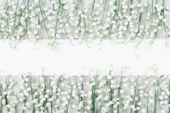 Модель-макет свадьбы с пробелом и ландышем белой бумаги цветет на светлом взгляде столешницы красивейшая флористическая картина П Стоковые Изображения RF