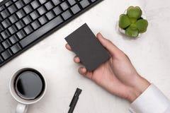 Модель-макет черных визитных карточек в руке ` s человека Стоковая Фотография RF