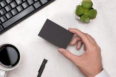 Модель-макет черных визитных карточек в руке ` s человека Стоковые Изображения