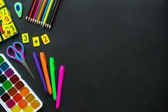 Модель-макет школьных принадлежностей на предпосылке классн классного с copyspace стоковые изображения