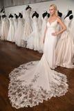 Модель представляя во время представления моды весны 2020 очарования Bridal стоковые фото