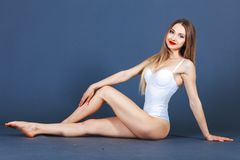 модель способа представляя студию Подходящая женщина в купальнике без сокращений, съемка студии стоковое фото rf