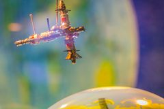 Модель спутника двигая по орбите вокруг земли Корабль Progres Стоковое фото RF