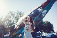 Модель с длинными волосами в солнечных очках Стоковые Фотографии RF