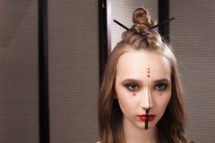 Модель с необыкновенными мистическими составом и coiffure Стоковые Изображения RF