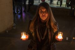 Модель с черной курткой на фото ночи со свечами стоковое изображение