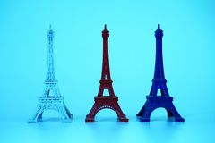 Модель Эйфелева башни в 3 цветах белых, красных, и сини Стоковые Изображения