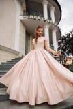 Модель Joung с большим платьем вечера готовит ресторан Brunettegirl имеет красивую прическу стоковые изображения
