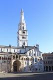 МОДЕНА, ИТАЛИЯ, январь 2016 - собор Моденаа, аркада большая и колокольня Ghirlandina Стоковое Изображение