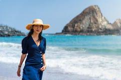 Модная азиатская девушка идя на пляж стоковая фотография