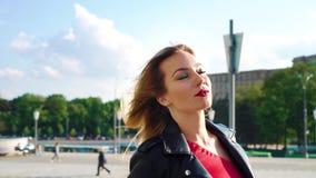 Модная белокурая улица скрещивания женщины в лучах солнечности утра сток-видео
