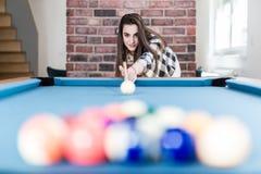 Модная городская женщина играя игру билльярдов бильярдного стола стоковые фото