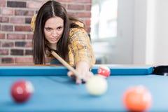 Модная городская женщина играя игру билльярдов бильярдного стола стоковая фотография