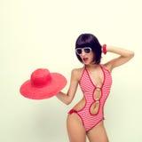 модная девушка в купальном костюме и шлеме Стоковое Изображение RF