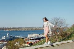 Модная девушка на парапете, балансируя стоковая фотография rf