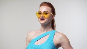 Модная женщина представляя в bodysuit на студии акции видеоматериалы