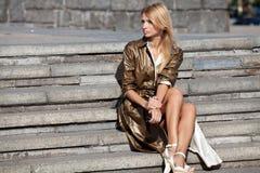 Модная женщина сидя на лестницах Стоковые Изображения