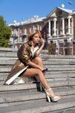 Модная женщина сидя на лестницах Стоковое Фото