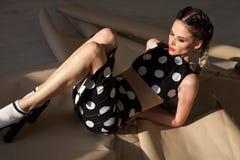 Модная женщина с длинными оплетками лежит стоковое фото