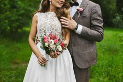 Модная и красивая девушка пар, сексуального и элегантных белокурая модельная с стильным стилем причёсок, в белом платье шнурка с стоковое изображение rf