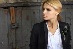 Модная молодая женщина на предпосылке сбора винограда Стоковые Фотографии RF