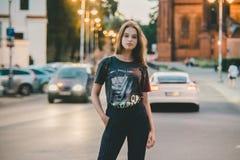 Модная предназначенная для подростков девушка в городе стоковая фотография
