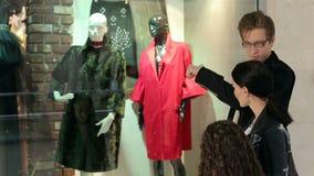 Модная семья с ребенком делает приобретения в современном торговом центре видеоматериал