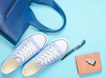 Модное women& x27; аксессуары и приборы s на серой предпосылке: привод usb внезапный, сумка, бумажник, тапки, ручка Взгляд сверху стоковое изображение rf