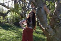 Модно одетая дама представляя с деревом серебряной березы стоковое изображение rf
