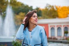 Модно одетая женщина имея потеху на улице стоковое изображение rf