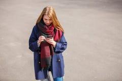 Модно одетая женщина имея потеху на улице стоковая фотография rf