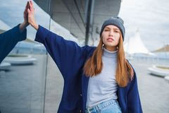 Модно одетая женщина имея потеху на улице стоковое фото rf