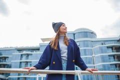 Модно одетая женщина имея потеху на улице стоковая фотография