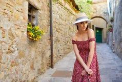 Модно одетая женщина на улицах малого итальянского городка стоковое фото