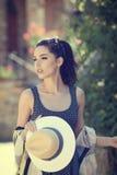 Модно одетая женщина на улицах малого итальянского городка стоковая фотография